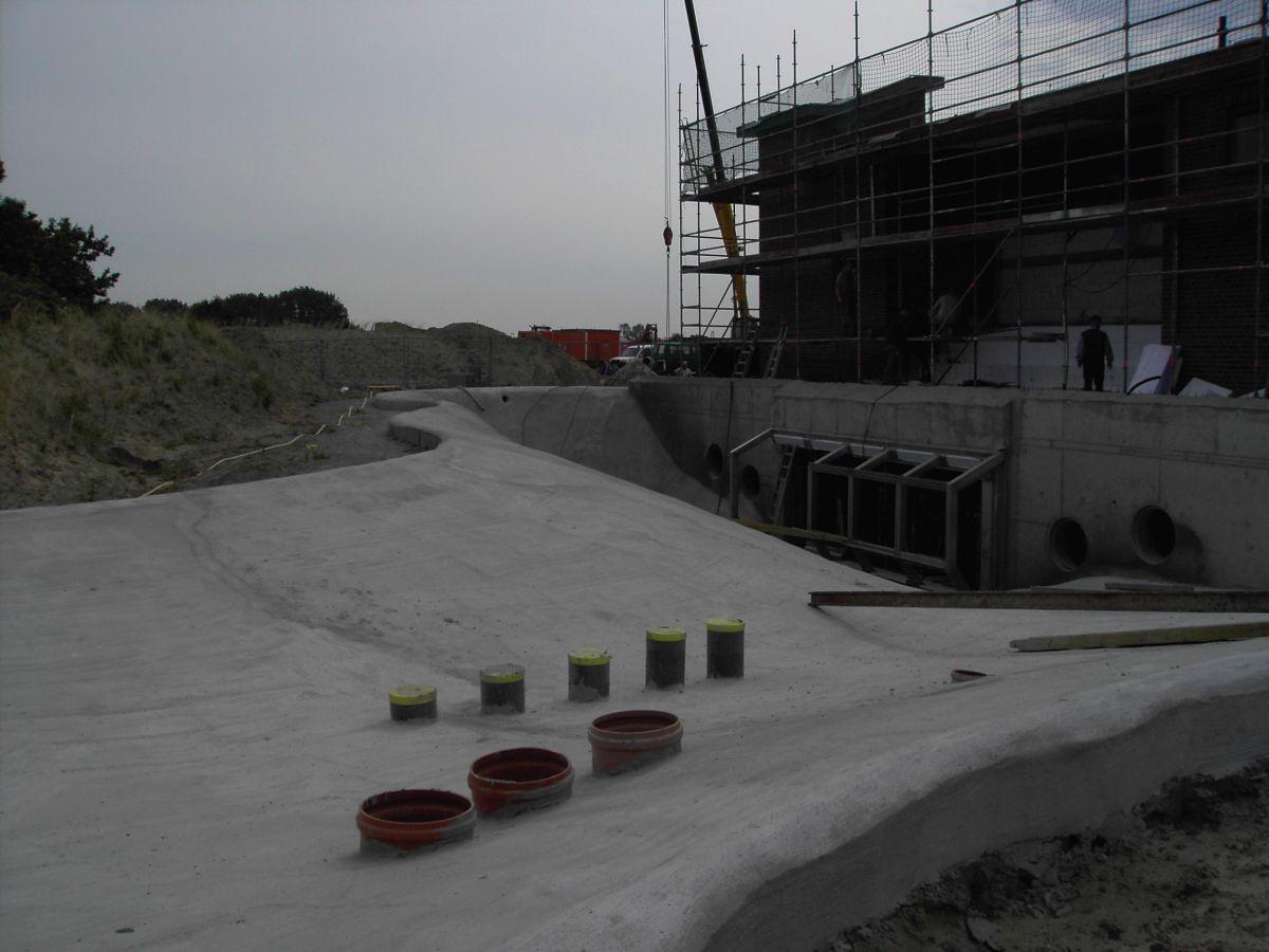 Blick vom neuen Becken zum neuen Informationszentrum